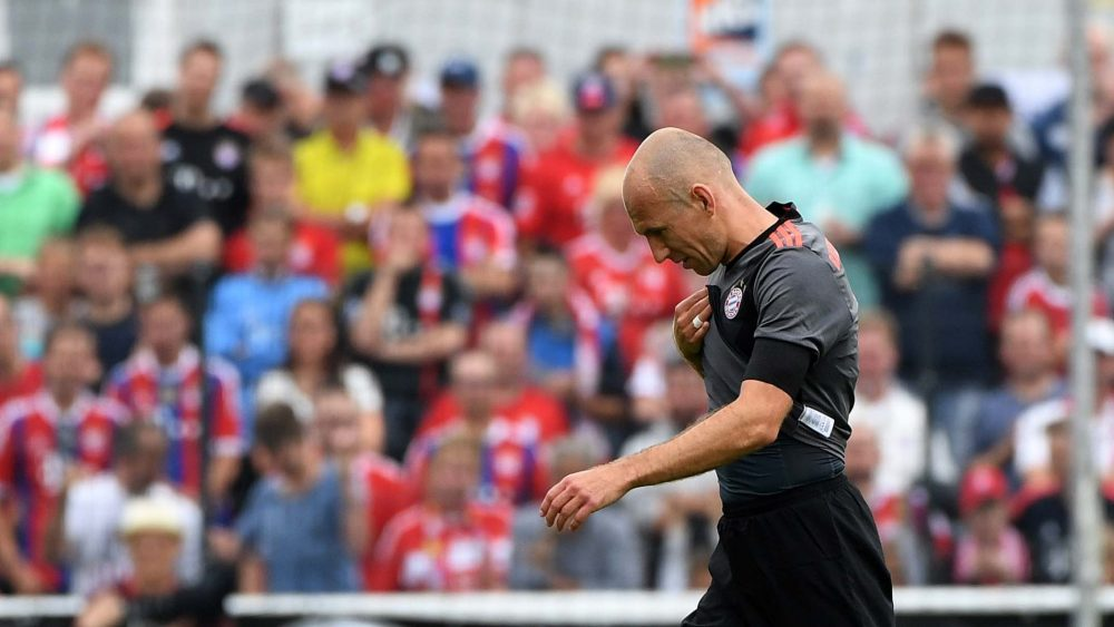Bayern Munich 's Dutch midfielder Arjen Robben leaves injured the pitch during a friendly match between SV Lippstadt and FC Bayern Munich in Lippstadt western Germany, on July 16, 2016 . / AFP / PATRIK STOLLARZ (Photo credit should read PATRIK STOLLARZ/AFP/Getty Images)