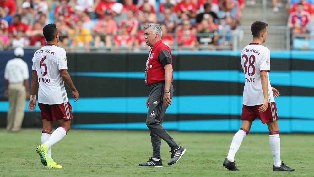 CHARLOTTE, NC - JULY 30: Thiago, team coach Carlo Ancelotti and Milos Pantovic (L-R) of Bayern Muenchen are pictured during a water break of the International Champions Cup match between FC Internazionale and FC Bayern Muenchen on July 30, 2016 in Charlotte, United States. (Photo by Alexandra Beier/Bongarts/Getty Images)